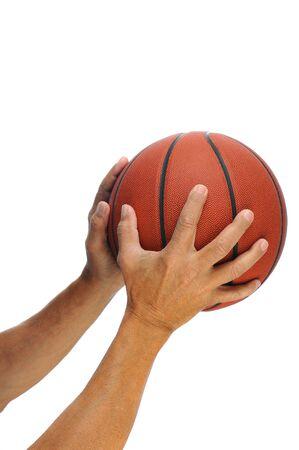 coger: Dos manos sosteniendo un baloncesto aislado sobre un fondo blanco. Foto de archivo