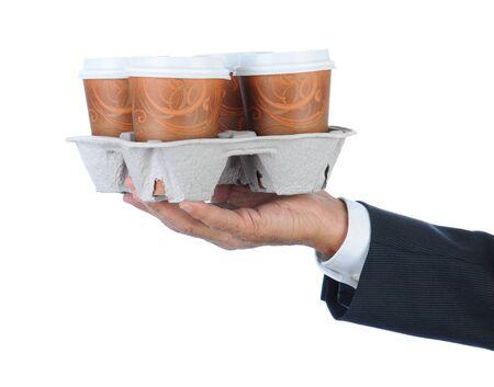 Homme d'affaires tenant un plateau de sortir de tasses à café jetables. Bras seulement dans le format horizontal isolé sur blanc.