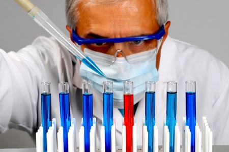 lab coat: Primo piano di uno scienziato con provette e pipetta. Formato orizzontale con particolare attenzione per il testubes.