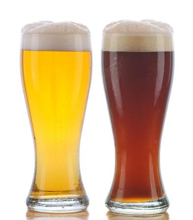 material de vidrio: Dos vasos de cerveza una Pilsner y una Ale oscura con reflexi�n aislado en blanco