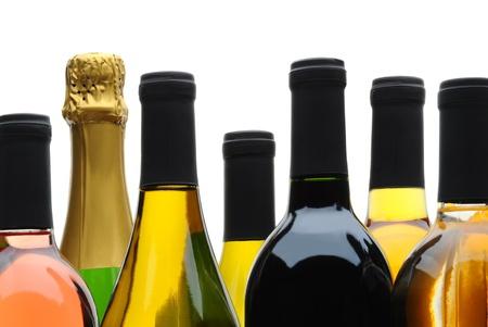 Close-up van een groep van wijn en champagne flessen op een witte achtergrond. Stockfoto