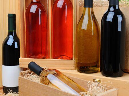 Close-up van een assortiment van flessen wijn op houten kratten. Horizontale formaat. Stockfoto