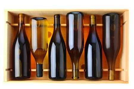 Zes flessen Chardonnay wijn in een houten kist, uitzicht van boven op een witte achtergrond.