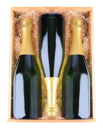 estuche: Tres botellas de champa�a en una caja de madera con material de embalaje de paja. Vista a�rea sobre un fondo blanco