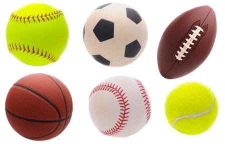 futbol: Sei palle assortiti sportivi su uno sfondo bianco.
