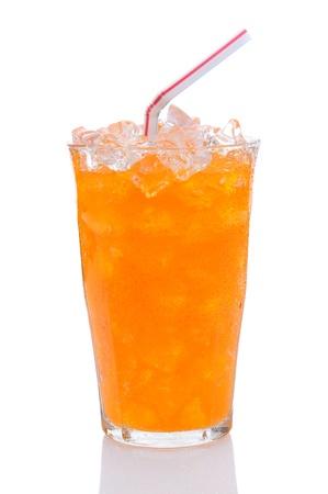 carbonation: Primer plano de un vaso lleno de hielo y refresco de naranja con pajita. Formato vertical sobre un fondo blanco con la reflexi�n.