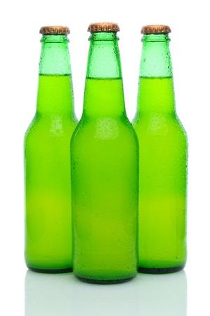 lima limon: Tres botellas de lim�n cal sodada con la condensaci�n en una agrupaci�n en blanco con la reflexi�n