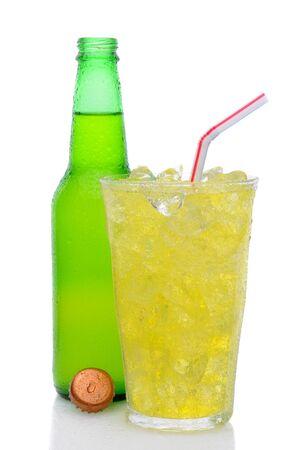 lima limon: Una botella de refresco de lima lim�n con la tapa de pie detr�s de un vaso lleno de cubitos de hielo, soda y una paja en un fondo blanco.
