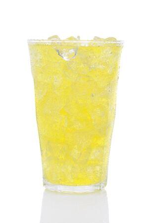 lima limon: Un vaso de refresco de lima lim�n lleno de cubitos de hielo sobre un fondo blanco, con la reflexi�n.