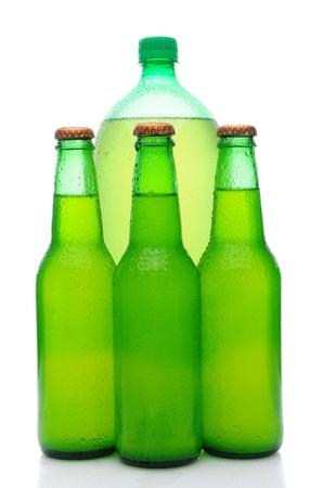 lima limon: Un pl�stico de dos litros botella de refresco de lima lim�n, detr�s de tres peque�as botellas de vidrio. Formato vertical sobre fondo blanco con la reflexi�n.