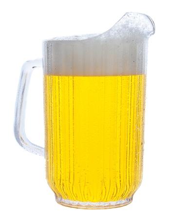 cerveza: Jarra de cerveza en formato vertical sobre fondo blanco. Foto de archivo
