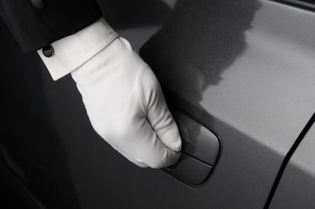 er�ffnung: Nahaufnahme eines Pf�rtnerh�uschen Hand auf die Klinke einer Autot�r.