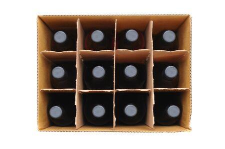 Bovenaanzicht van een twaalf fles geval van rode wijn op een witte achtergrond. Stockfoto