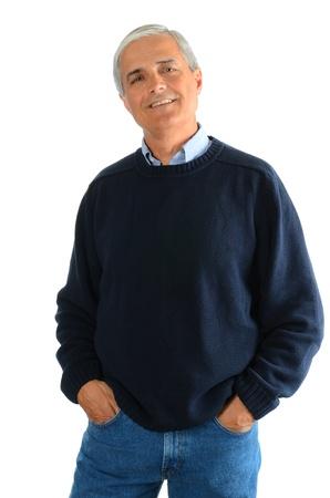 カジュアルな中間の肖像歳のブルー ジーンズとセーターを着ている男。男に彼の手彼のポケット、白い背景の上。