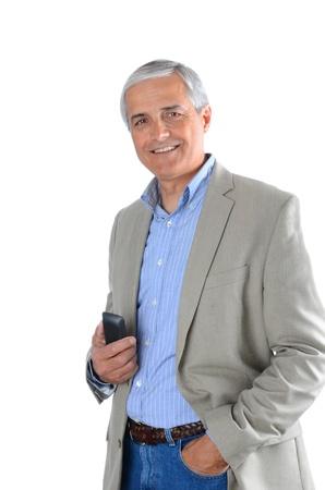 medioevo: Maturo uomo d'affari in abbigliamento casual in possesso di un telefono cellulare.