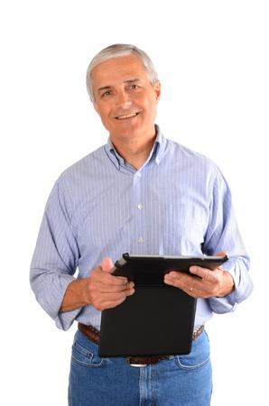 composition vertical: Un uomo d'affari vestito casualmente in possesso di un computer tablet in un caso. Composizione verticale su uno sfondo bianco.