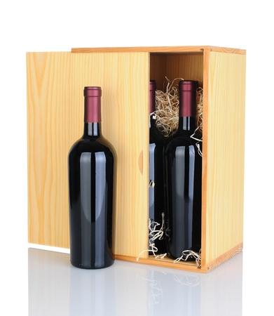 cabernet: Una caja de regalo de botellas de vino cabernet sauvignon aislado en blanco con la reflexi�n.