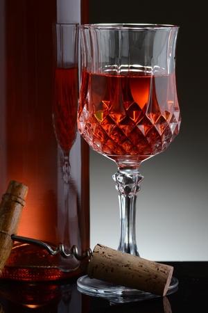 Ein Draht Warenkorb Mit Verschiedenen Weinflaschen Gefüllt. Der Korb ...