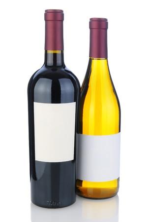 cabernet: Un Cabernet Sauvignon y Chardonnay Botella en blanco con la reflexi�n. Las botellas tienen etiquetas en blanco. Foto de archivo