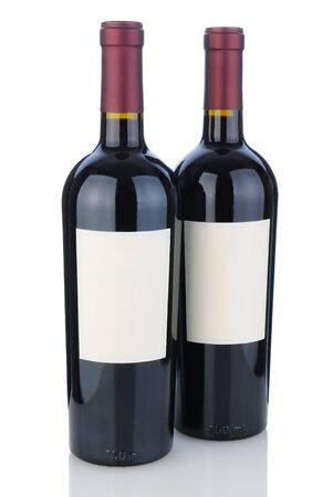 cabernet: Dos botellas de cabernet sauvignon en blanco con la reflexi�n. Las botellas tienen etiquetas en blanco listos para su dise�o o copia.