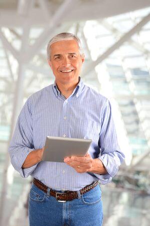 Gros plan d'un homme d'affaires décontractée dans une usine moderne tenant un ordinateur tablette. Format vertical. Banque d'images - 18347699
