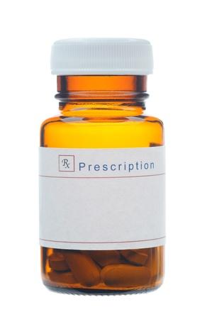 pastillas: Primer plano de una botella de vidrio con receta con una etiqueta en blanco, botella marr�n con p�ldoras aisladas sobre fondo blanco.