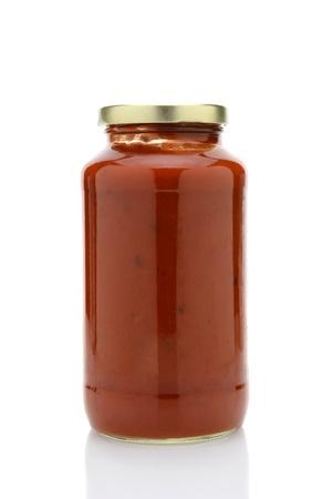 Gros plan d'un pot de sauce à spaghetti isolé sur blanc avec la réflexion Banque d'images - 21626275