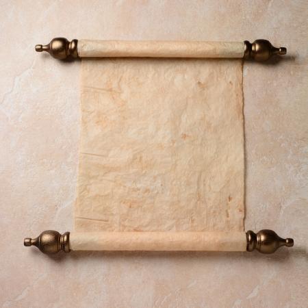 Eine Pergamentrolle auf einer Kachel Oberfläche verteilt Das Papier ist leer bereit für Ihre Kopie Standard-Bild - 22760041