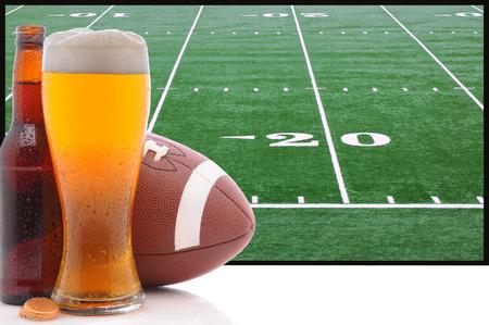 大画面テレビ偉大なテーマ プロジェクトのスーパー ボウルの前にアメリカン フットボールとビールの泡グラス