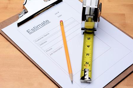 Nahaufnahme eines Contractors schätzen Form mit einem Bleistift und Maßband auf einem Holztisch Standard-Bild - 26591315