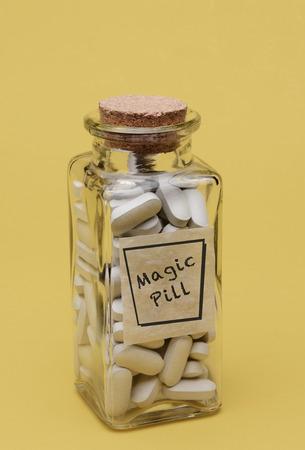 Primer plano de un viejo frasco de pastillas de moda llena de píldoras mágicas Foto de archivo