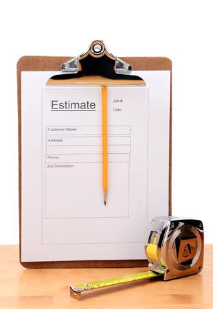 Gros plan d'un entrepreneurs estiment forme d'une mesure de crayon et du ruban adhésif sur une table en bois Banque d'images - 26586804