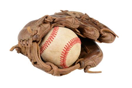 guante de beisbol: Primer plano de un guante de béisbol y la pelota aislados en blanco.