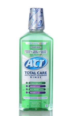 fluoride: IRVINE, CA - 05 de enero 2014: Una botella de ACT Total Care anticaries Enjuague bucal. Un oz botella de la higiene bucal enjuague bucal con fluoruro de 18. Editorial