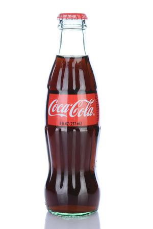 IRVINE, CA - 29 gennaio 2014: Una bottiglia 8 once di Coca-Cola Classic. Coca-Cola è uno dei mondi preferiti bevande gassate. Archivio Fotografico - 29099211