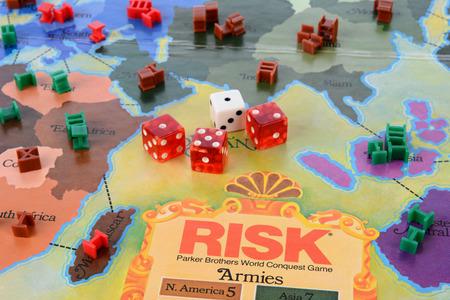 IRVINE, CA - 19 maggio 2014: Risk Board game del primo piano. Il rischio è un gioco di strategia in cui l'obiettivo è quello di occupare ogni territorio sulla scheda eliminando in tal modo gli altri giocatori. Archivio Fotografico - 29099204