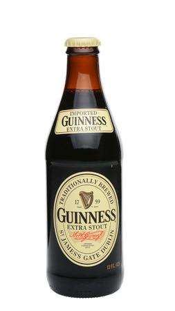 cerveza negra: IRVINE, CA - 27 de mayo 2014: Dos botellas de Guinness Extra Stout con la condensación. La cerveza irlandesa es una de las marcas de cerveza de los mundos de mayor éxito, con ventas anuales de más de 850 millones de litros. Editorial