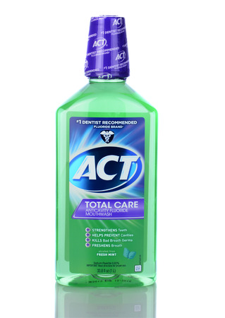 mouthwash: IRVINE, CA - 05 de enero 2014: Una botella de ACT Total Care anticaries Enjuague bucal. Una botella de 1 litro de la higiene bucal enjuague bucal con fluoruro.
