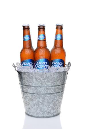 emmer water: IRVINE, CA - 27 mei 2014: Bud Light flessen in een emmer ijs. Van Anheuser-Busch InBev, Bud Light is het best verkopende binnenlandse bier in de Verenigde Staten.