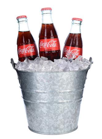 IRVINE, CA - 06 de febrero 2014: botellas Threes de Coca-Cola en cubo de hielo. Coca-Cola es uno de los refrescos más populares en el mundo.