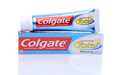 higiene bucal: IRVINE, CA - 14 de mayo 2014: Un tubo de 6 oz de pasta de dientes Colgate Total. Colgate, una sub-marca de Colgate-Palmolive, es una l�nea de productos de higiene oral de las pastas de dientes, cepillos de dientes, enjuagues bucales y seda dental.