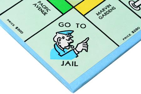 carcel: IRVINE, CA - 27 de mayo 2014: juego de mesa Monopoly de cerca de la esquina Go to Jail. El clásico juego de intercambio de bienes raíces de Parker Brothers se introdujo por primera vez a América en 1935. Editorial