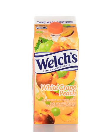 cooperativismo: IRVINE, CA - 05 de enero 2014: Un cart�n de jugo de uva blanca Welchs Peach. Fundada en 1869, por Thomas Bramwell Welch, Welch es el brazo de la elaboraci�n de alimentos de la Asociaci�n Nacional de Cooperativas de la uva. Editorial