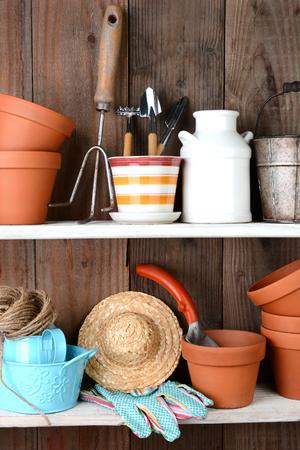 Potting の小屋の棚にあるアイテムのクローズ アップ。素朴なインテリアは、植木鉢やその他のアクセサリー、毎日園芸で使用されるツールがいっぱ