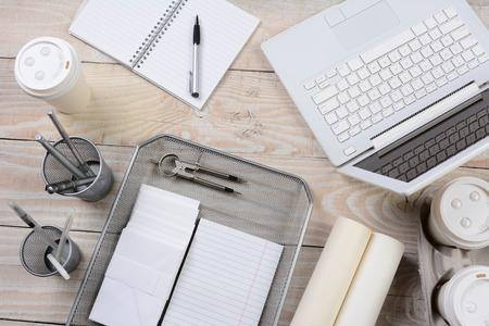 charolas: Alto ángulo de disparo de un escritorio de oficina en casa
