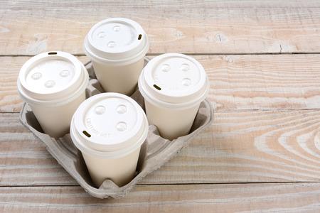 蓋と 4 つのコーヒー カップとトレイを段取るのハイアングル撮影。