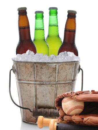 guante de beisbol: Primer de un viejo cubo de cerveza de moda con tres botellas verdes de cerveza fría y un fútbol americano. Aislado en blanco con la reflexión.