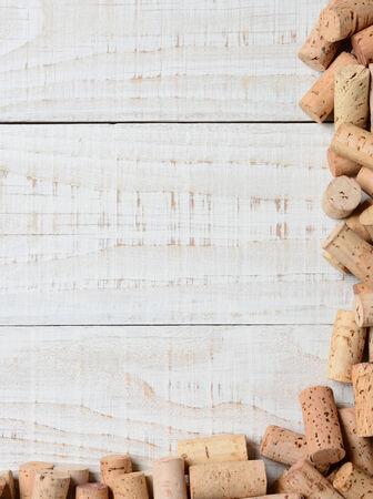 Een gedeeltelijk kurkframe aan twee zijden van de afbeelding. Hoge hoekschot op een rustieke witte kalktafel, Geschikt voor wijnlijsten met veel kopie ruimte.