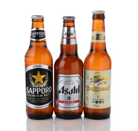 Irvine, CA - januari, 11, 2015: Drie flessen van de Japanse bieren. Sapporo, Asahi en Kirin Ichiban zijn drie van de in de VS wordt ingevoerd meest populaire Japanse bieren Stockfoto - 35313103