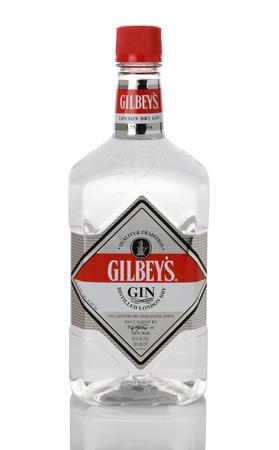 distilled: IRVINE, CA - 15 GENNAIO 2015: Una bottiglia 1,75 litro London Dry Gin Gilbey. Gilbey del distillato � al 100% di grano alcole neutro. Editoriali